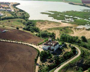 Vista aerea de la Hacienda con el fondo del Paraje Natural 300x240 - Ornitología en peligro de extinción