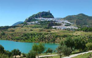 Andalucía Zahara de la Sierra1 tango7174 300x188 - 5 mejores pueblos de Cádiz que no te puedes perder este verano